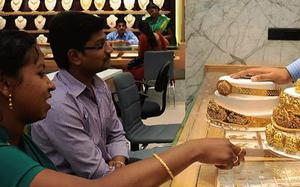 Gold gains Rs 305 on jewellers' buying